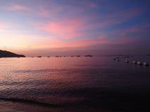 Coucher du soleil de fond à l'ombre de mer et à la lumière molle Image libre de droits