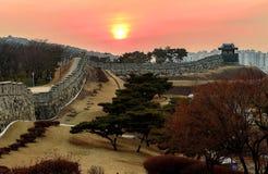 Coucher du soleil de forteresse de Hwaseong à Suwon photographie stock libre de droits