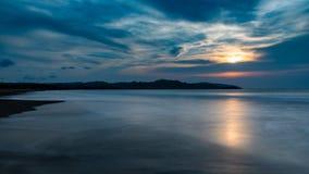 Coucher du soleil de Geopark Ciletuh sur la plage photo stock