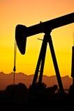 Coucher du soleil de gisement de pétrole Image libre de droits
