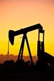 Coucher du soleil de gisement de pétrole Photo stock