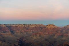 Coucher du soleil de Grand Canyon avec des tonalités rouges dans le ciel image libre de droits