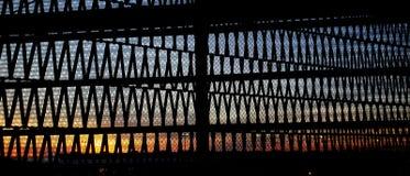 Coucher du soleil de grille images stock