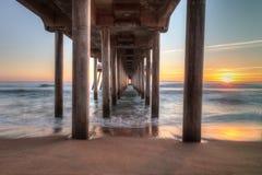 Coucher du soleil de HDR derrière le pilier de Huntington Beach Photo stock