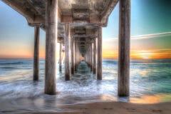 Coucher du soleil de HDR derrière le pilier de Huntington Beach Photographie stock