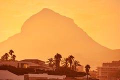 Coucher du soleil de Javea Xabia avec la montagne de Montgo Images libres de droits