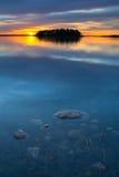 Coucher du soleil de l'eau bleue photos libres de droits