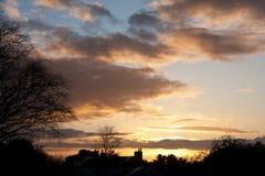 Coucher du soleil de l'hiver au-dessus d'un horizon silhouetté images stock