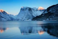 Coucher du soleil de l'hiver, côte norvégienne Photographie stock