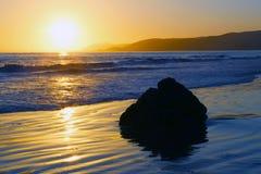 Coucher du soleil de la Californie au-dessus de l'océan pacifique Image libre de droits