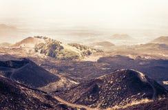 Coucher du soleil de la Sicile avec des cratères de Silvestri du mont Etna, volcan actif image libre de droits