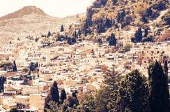 Coucher du soleil de la Sicile, beau paysage urbain, dessus de toit de Taormina photographie stock libre de droits