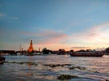 Coucher du soleil de la Thaïlande d'arun de Wat par le téléphone Photos stock