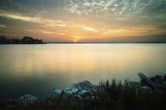 Coucher du soleil de lac Photos stock