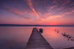 Coucher du soleil de lac avec le pilier en bois Photo libre de droits