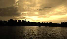 Coucher du soleil de lac, burning de ciel bleu Image libre de droits
