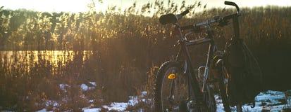 Coucher du soleil de lac de neige de bicyclette de vélo Photographie stock libre de droits