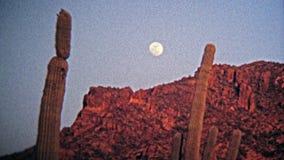 1972 : Coucher du soleil de lacs canyon au-dessus du lac et des collines environnantes banque de vidéos