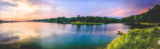 Coucher du soleil de Lakeside à l'intérieur de la forêt Photo stock