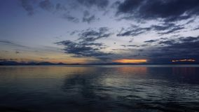 Coucher du soleil de laps de temps au-dessus de lac banque de vidéos