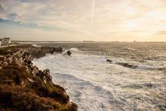 Coucher du soleil de Leslei sur Baleal Peniche photos libres de droits