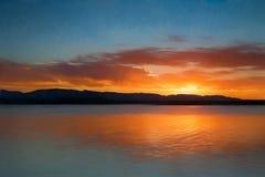 Coucher du soleil de lever de soleil au-dessus de l'eau Photographie stock libre de droits