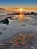 Coucher du soleil de littoral de paysage de la Norvège, îles de Lofoten photo libre de droits