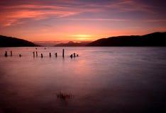 Coucher du soleil de Loch Ness, montagnes, Ecosse Photographie stock libre de droits