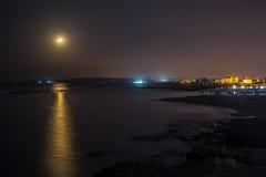 Coucher du soleil de lune sur le chemin lunaire de bord de mer Photos stock