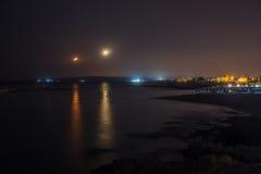 Coucher du soleil de lune sur le chemin lunaire de bord de mer Image stock
