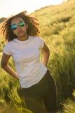 Coucher du soleil de lunettes de soleil de femme d'Afro-américain de métis Image stock