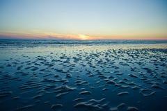 Coucher du soleil de mer avec la marée basse d'océan Photo libre de droits