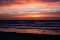 Coucher du soleil de mer avec le ciel nuageux Photos stock