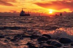 Coucher du soleil de mer avec le ferry et le bateau de bateau sur l'horizon image stock