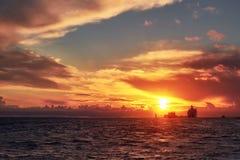 Coucher du soleil de mer avec le ferry et le bateau de bateau sur l'horizon image libre de droits