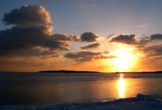Coucher du soleil de mer de l'hiver photographie stock