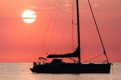 Coucher du soleil de mer et un bateau photos libres de droits