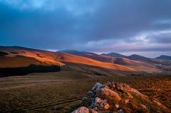 Coucher du soleil de montagnes photographie stock