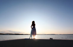 Coucher du soleil de montre de fille Photo stock