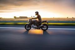Coucher du soleil de moto Photo stock