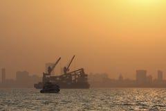 coucher du soleil de mumbai de port Photographie stock
