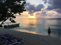 Coucher du soleil de Negril Jamaïque au-dessus de l'eau photographie stock