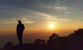Coucher du soleil de observation à partir du bord image libre de droits