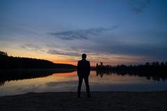 Coucher du soleil de observation d'homme Photos stock