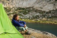 Coucher du soleil de observation de campeur de femme Photographie stock libre de droits