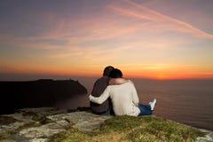 Coucher du soleil de observation de couples Photo libre de droits