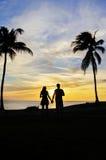 Coucher du soleil de observation de couples Image stock