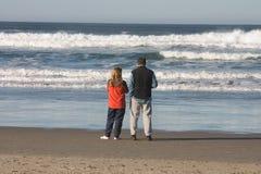 Coucher du soleil de observation de couples. image libre de droits