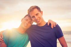 Coucher du soleil de observation de couples gais Photographie stock libre de droits