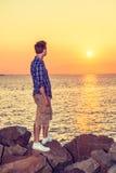 Coucher du soleil de observation de jeune homme Image libre de droits